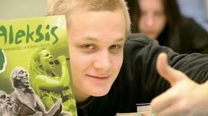 Lehtikuva (finland.fi) Un estudiante con un libro de lengua y literatura finlandesa que lleva el nombre del escritor Aleksis Kivi