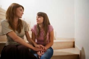 mama-e-hija-hablando(1)
